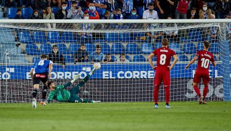 ROBERTO TORRES. Quinta jornada de Liga. Transforma el penalti que supone el 0-2 contra el Alavés. Hernández Hernández señala la mano de Toni Moya tras la volea de Darko.eup