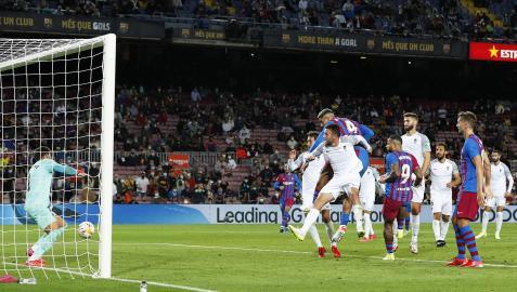 Momento en el que Araújo remata de cabeza y anota el tanto de empate para el Barcelona