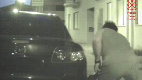 El detenido provocó diversos daños en el vehículo de la víctima