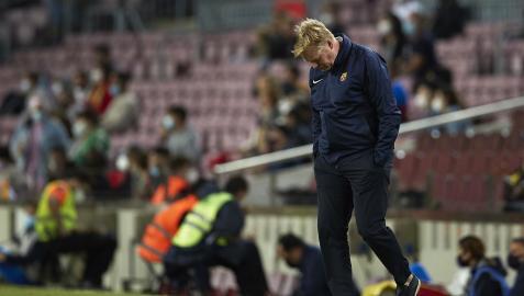 Ronald Koeman, cabizbajo durante el encuentro entre el Barcelona y el Granada en el Camp Nou