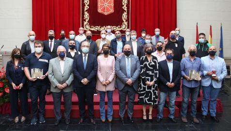 Foto de familia de autoridades y premiados al Mérito Deportivo
