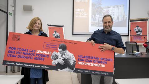 Maite Casero, directora de la EOIP, y Carlos Remón, vicedirector, se retiraron la mascarilla para posar con el cartel de la campaña