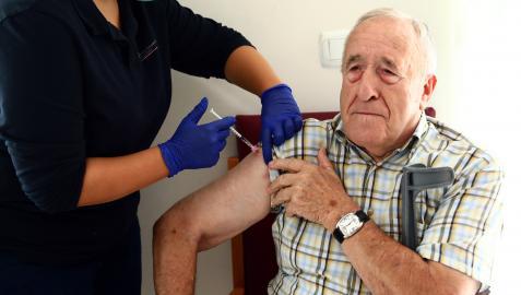 José Ramón Berrueta Picabea descubre su hombro izquierdo para serle administrada la dosis