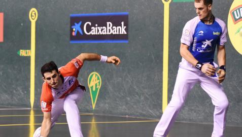 Jokin Altuna resta una pelota imposible ante la mirada de Unai Laso durante el partido especial de ayer en el Adarraga