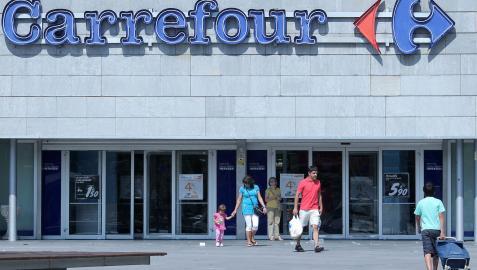 Clientes en el exterior del Carrefour de Pamplona en una imagen de archivo