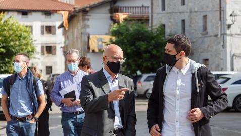 El consejero de Cohesión Territorial, Bernardo Ciriza, y el alcalde de Lekunberri, Gorka Azpiroz, durante una visita reciente a la localidad