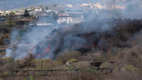 La lengua de lava amenaza con destruir el núcleo urbano de Todoque en La Palma