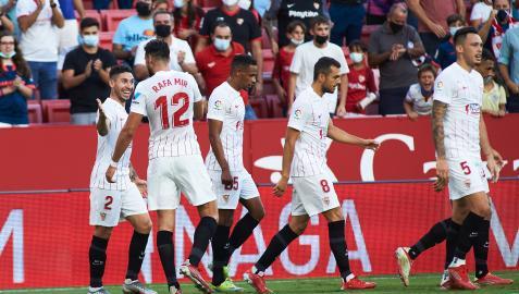 Los jugadores del Sevilla celebran el tanto de Rafa Mir contra el Valencia