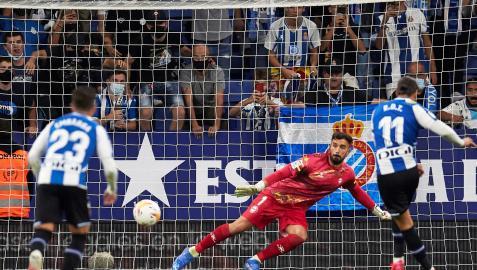 Momento en el que Raúl de Tomás anota el tanto desde los once metros que puso el 1-0 en el marcador