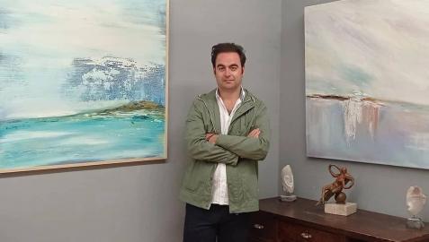 Momo Puente-Piazza, junto a dos obras de la exposición Surensoñando en la galería Michel Menéndez