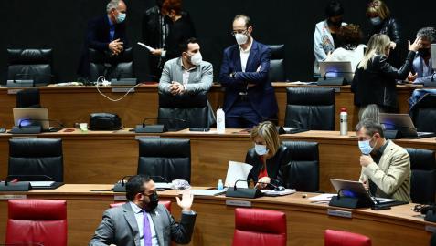 El vicepresidente Javier Remírez habla con los parlamentarios del PSN, y al fondo, los parlamentarios de EH Bildu