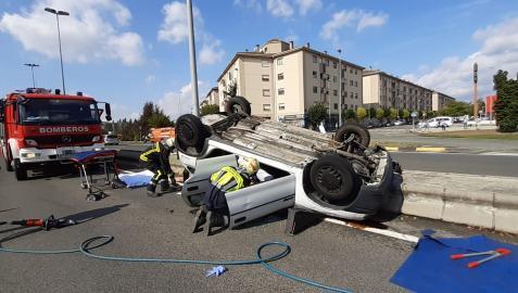 Imagen del vehículo volcado sobre la calzada