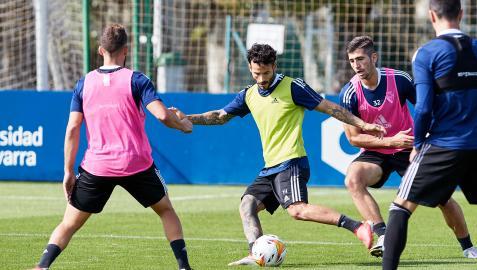 Rubén García busca un pase rodeado de compañeros durante el entrenamiento de este sábado