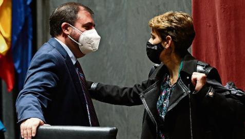 Los presidentes del Parlamento y el Gobierno, Unai Hualde y María Chivite, conversando