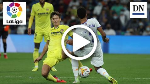 Pau Torres, del Villarreal, pugna con el balón con el defensa del Real Madrid Eder Militao