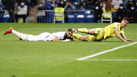 Karim Benzema y Pau Torres, en el suelo durante una jugada del partido