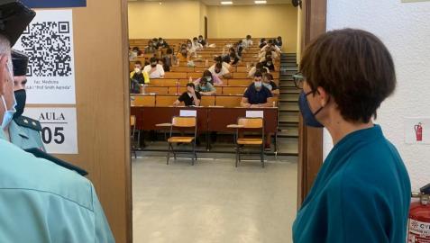 María Gámez, directora general de la Guardia Civil, ha estado presente en la sede de exámenes en la Universidad de Málaga