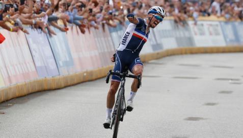 Julian Alaphilippe celebra su triunfo en el Mundial