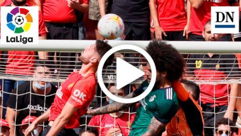 Aridane Hernández pelea un balón aéreo