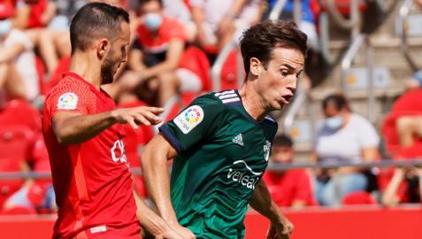 Sastre presiona a Íñigo Pérez durante el choque en el Visit Mallorca Estadi