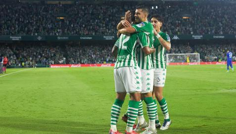 William Jose recibe las felicitaciones de dos compañeros tras anotar uno de los goles del encuentro