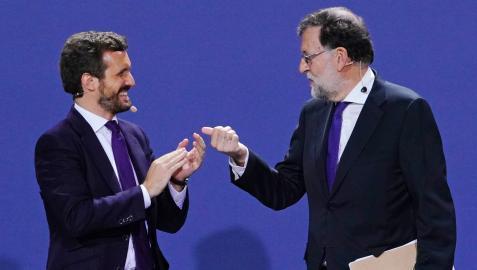 El líder del PP, Pablo Casado (i), y el expresidente Rajoy, en la Convención Nacional del PP celebrada en Santiago de Compostela