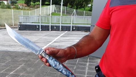 El cuchillo incautado por la Policía Foral