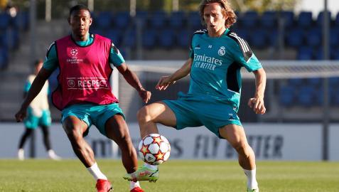 Alaba presiona a Modric en el entrenamiento previo al choque contra el Sheriff
