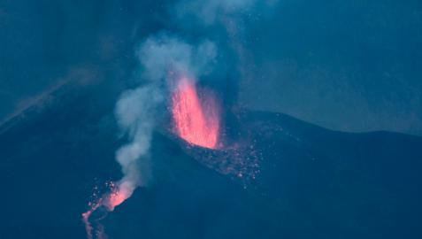 Tras pasar prácticamente medio día sin apenas actividad, este lunes a las 18:45 la erupción del volcán Cumbre Vieja ha comenzado nuevamente a expulsar lava entre explosiones intermitentes