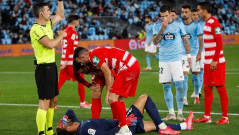 Los defensas del Granada se preocupan por Maximiano, lesionado tras detener un penalti a Iago Aspas