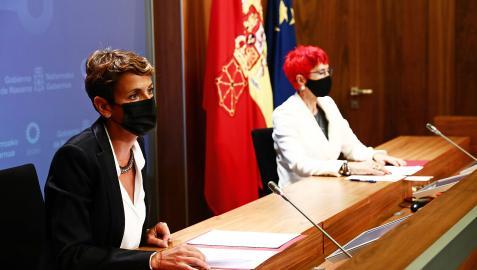 La presidenta María Chivite, acompañada por la consejera de Salud, Santos Induráin, antes de la rueda de prensa de este martes