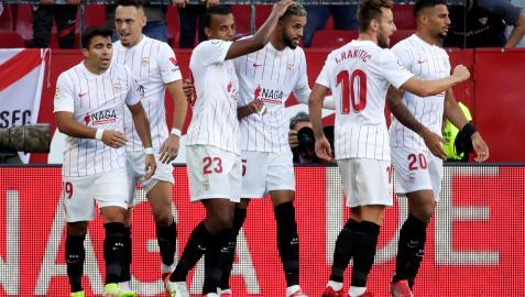 Los jugadores del Sevilla Acuña, Ocampos, Koundé, En-Nesyri, Rakitic y Diego Carlos celebran un tanto en un encuentro anterior