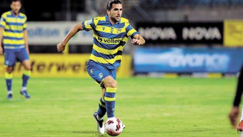 Dani Santafé conduce el balón en su debut contra el PAOK
