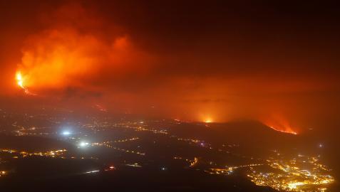 La lava avanza con el municipio de Tazacorte en primer término