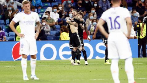 Los jugadores del Sheriff celebran el gol de la victoria ante la incredulidad de los madridistas