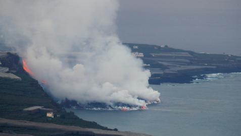 Nube de vapor y gases provocada por la lava del volcán de La Palma al entrar en contacto con el mar