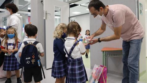 Un profesor da gel a dos niñas en el Colegio Vedruna de Pamplona