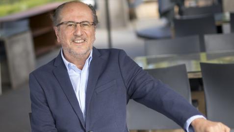 José Luis Orihuela posaba ayer en la terraza del Museo Universidad de Navarra para esta entrevista