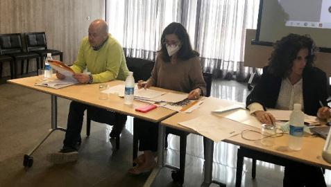 Desde la izda., Elías Armendáriz, Berta Anaut y María Iturria en el transcurso de la asamblea
