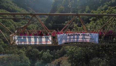 Empleados de Baztan Park con pancartas reivindicativas de su deseo de trabajar en el valle