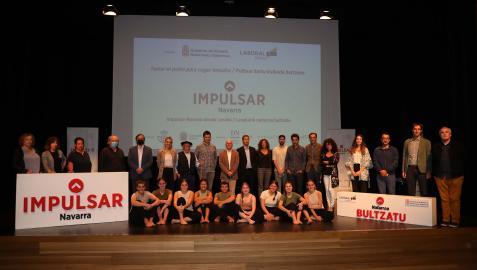 Imagen de grupo, con los intérpretes del grupo Tantirumairu sentados, tras el encuentro de ayer de 'Impulsar Navarra' en Lesaka