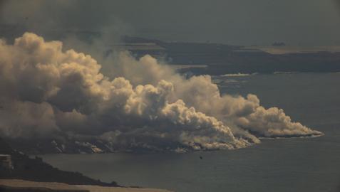 Nube tóxica generada al entrar en contacto la lava con el mar