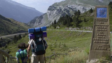 Dos peregrinos pasan por el término de Undués de Lerda, en la Comarca de Cinco Villas de la comunidad autónoma de Aragón.