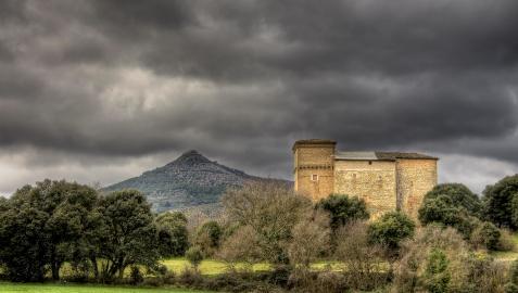 Igúzquiza nos recibe con su bello Palacio de Cabo de Armería.