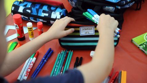 Un niño prepara su material escolar