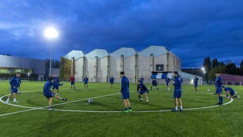 Los jugadores de la Mutilvera realizan un rondo en la sesión vespertina del pasado miércoles