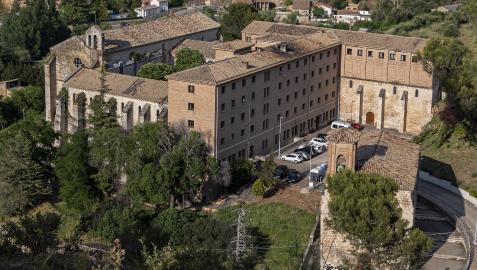 Residencia de ancianos de Santo Domingo de Estella. Delante, la iglesia de Santa María Jus