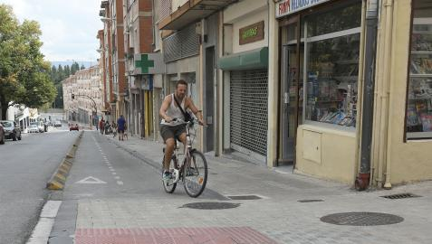 Son muchos los ciclistas que suben a la acera por seguridad, pese a que la Ordenanza no lo permite