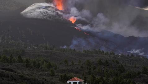 El volcán de Cumbre Vieja, con Tacande de Arriba en primer plano