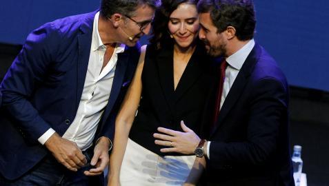 La presidenta de la Comunidad de Madrid, Isabel Díaz Ayuso (c), el presidente de la Xunta de Galicia, Álberto Núñez Feijoo (i), y el líder del Partido Popular, Pablo Casado